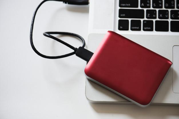 rosso HDD esterno su un laptop