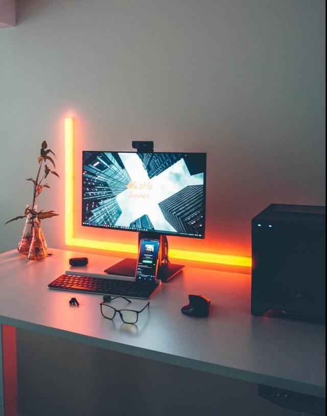 computer con webcam tastiera e mouse
