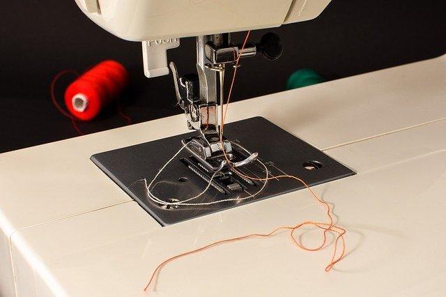 dettaglio dell'ago di una macchina da cucire