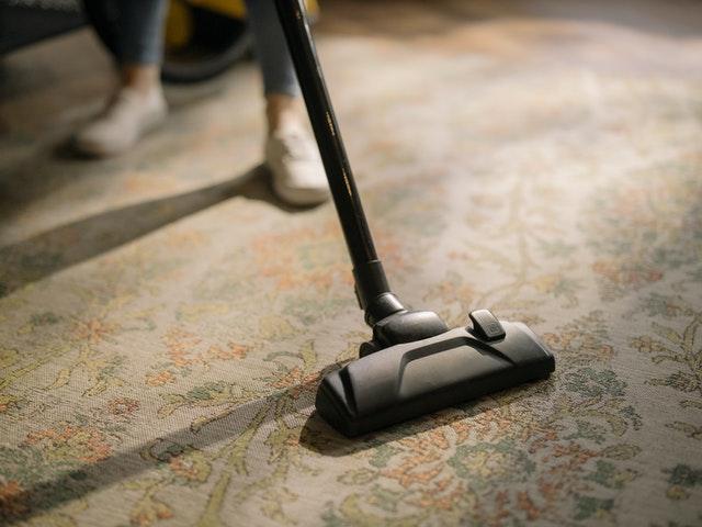 aspirapolvere su un tappeto