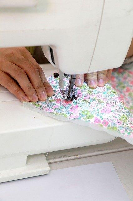 donna che usa una macchina da cucire