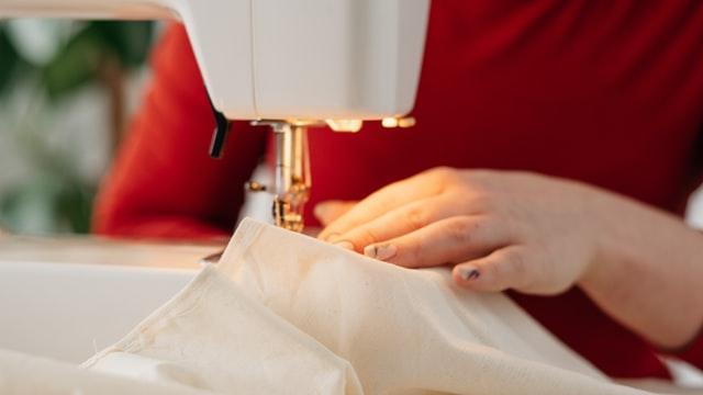 donna intenta a cucire