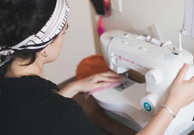 donna che usa la macchina da cucire