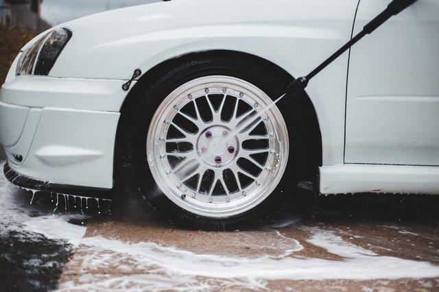 ruota dell'auto pulita con idropulitrice