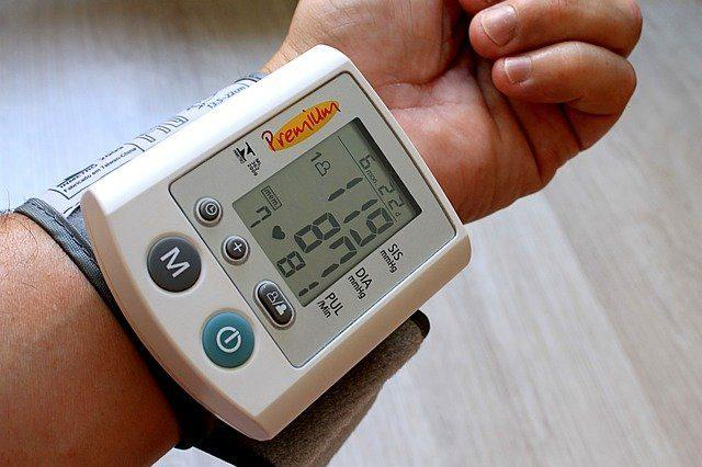 persona che indossa un misuratore di pressione da polso