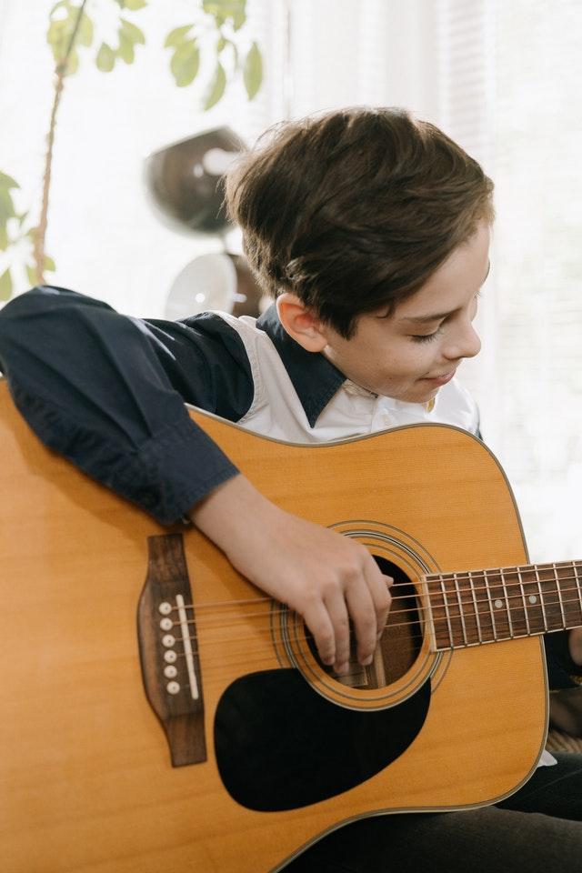 bambino con la chitarra