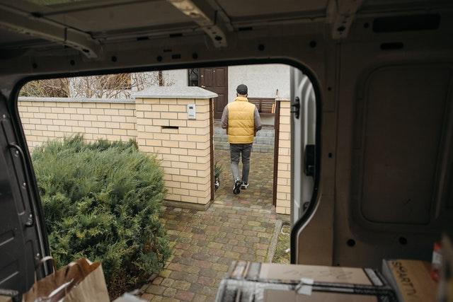 corriere che va alla porta