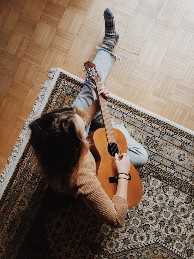suonare la chitarra sul tappeto